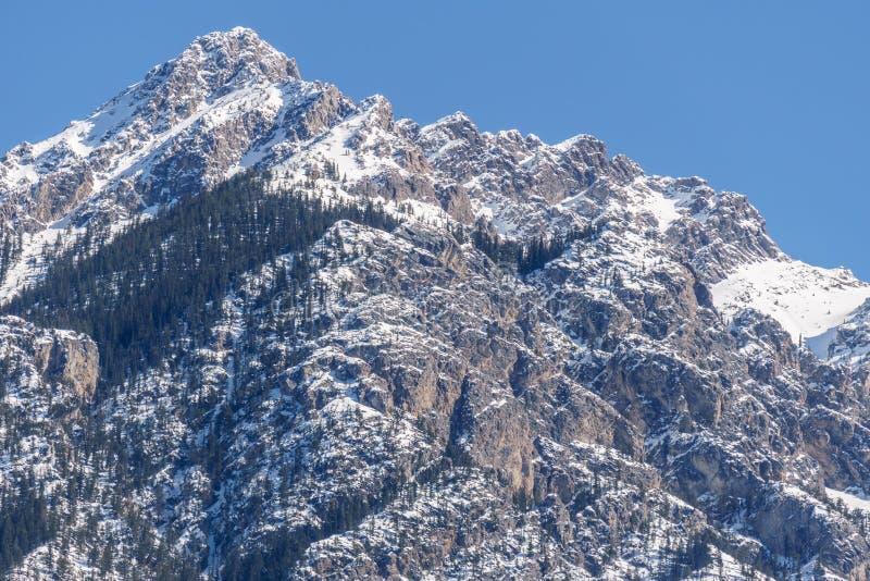 Vue des montagnes rocheuses une journée de printemps ensoleillée avec le ciel bleu clair photo libre de droits