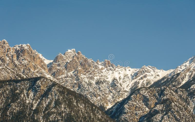 Vue des montagnes rocheuses une journée de printemps ensoleillée avec le ciel bleu clair images stock
