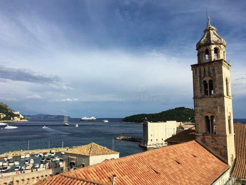 Vue des murs de Dubrovnik d'un grand clocher dans la vieille ville centré sur un grand bâtiment en terre battue photo stock