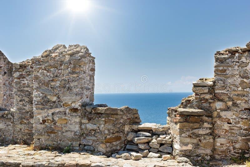 Vue des murs de forteresse vers la belle mer Égée photos libres de droits