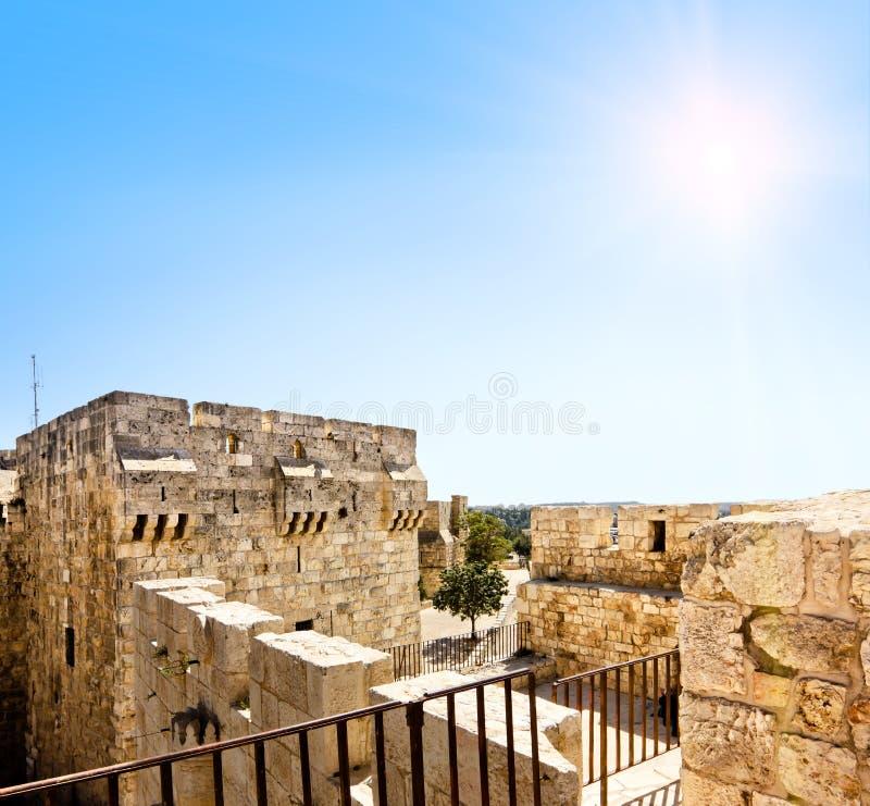 Vue des murs de Jérusalem antique à la porte de Jaffa parmi les cieux ensoleillés photos libres de droits