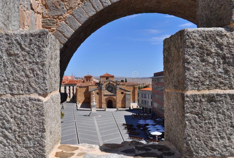 Vue des murs du  vila de à de la plaza De Santa Teresa de Jesús, Espagne images stock