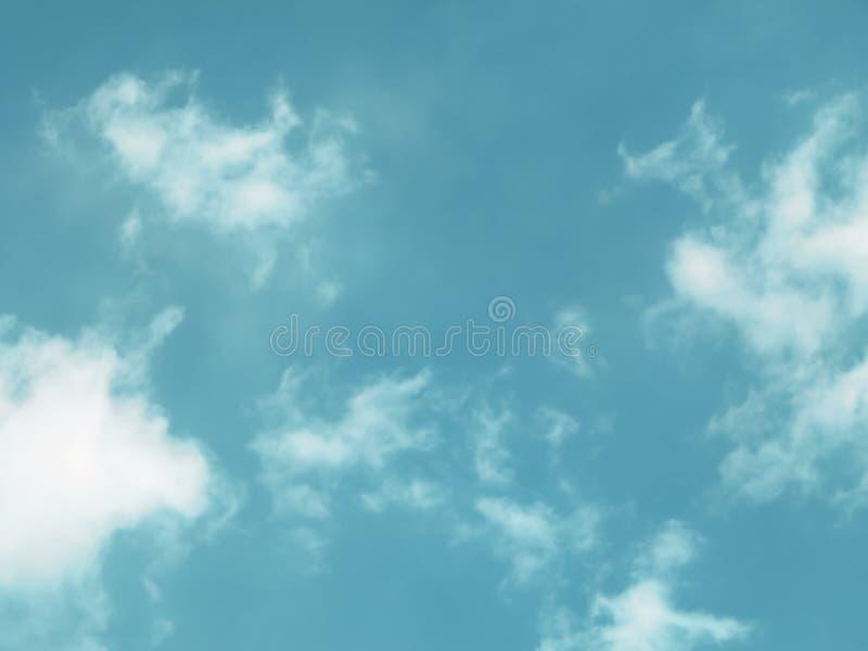 Vue des nuages à travers un filtre à lumière photo stock