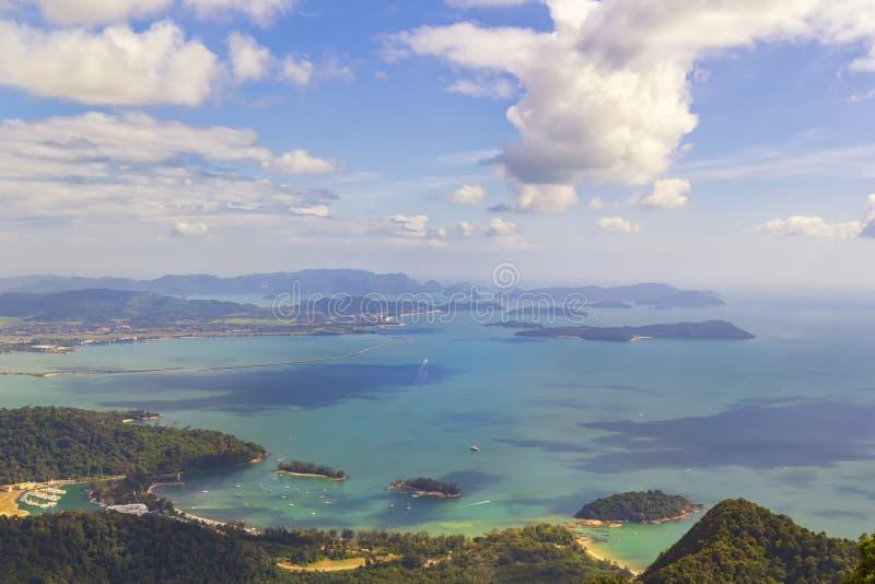 Vue des nuages aux îles tropicales, aux plages, aux yachts de lagune et à une baie avec de l'eau turquoise un jour ensoleillé photographie stock libre de droits