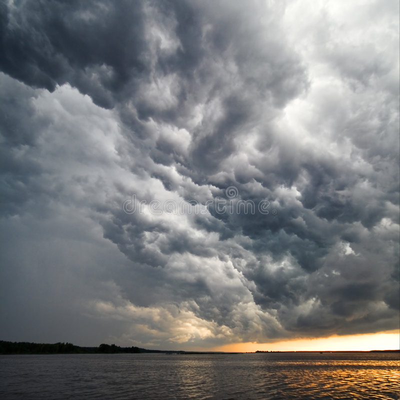 Vue des nuages d'orage images stock