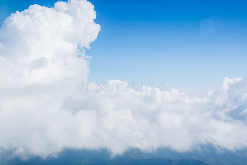 Vue des nuages de la haute vers le haut dans le ciel photo stock