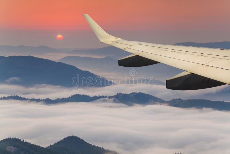 Vue des nuages et de l'aile d'avion image stock