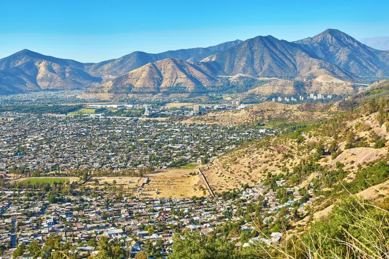 Vue des périphéries de Santiago avec des montagnes des Andes photographie stock libre de droits