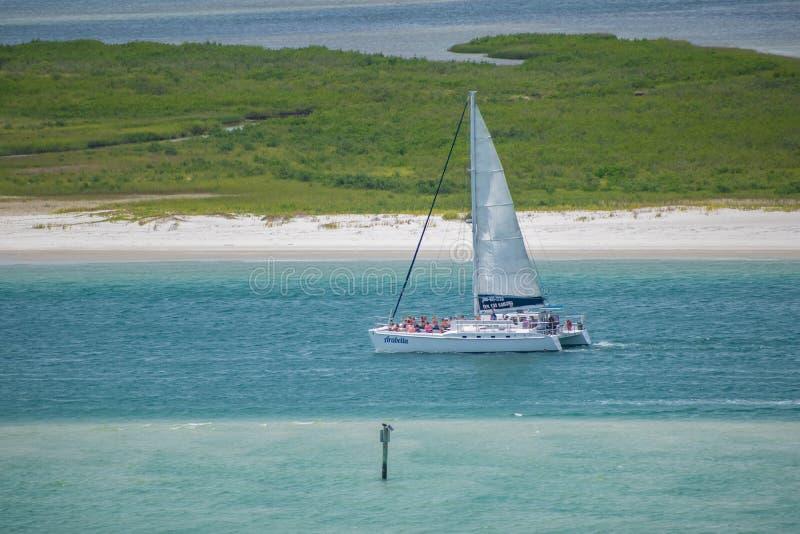 Vue des personnes appréciant et naviguant sur le voilier du phare 7 photographie stock libre de droits