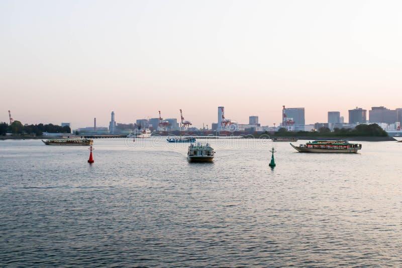 Vue des plusieurs bateau au point de vue de rivière de sumida images libres de droits