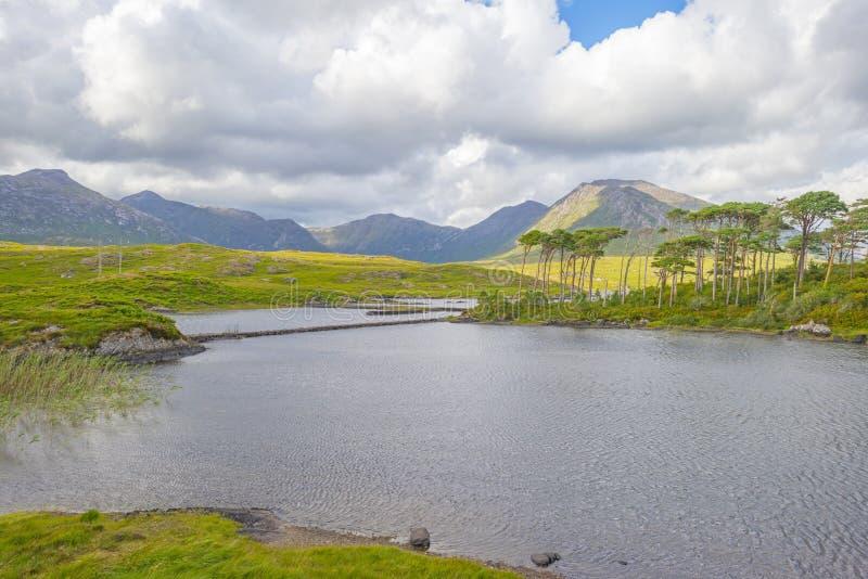 Vue des prés, des lacs et des montagnes de la région Connemara en Irlande photographie stock
