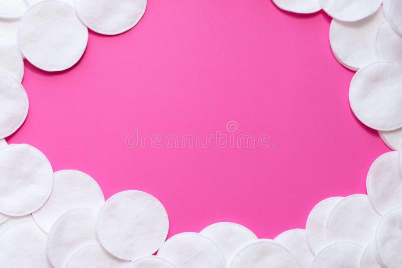 Vue des protections de coton sur le fond rose disque pour l'hygiène de visage de beauté Beauté, peau, concept de soin de corps Fo photos libres de droits