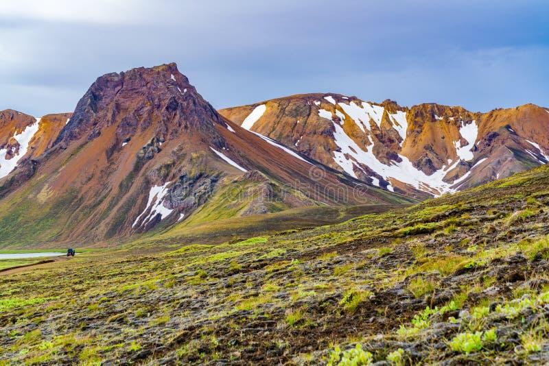 Vue des roches volcaniques de montagne et de lave couvertes de la mousse photos stock