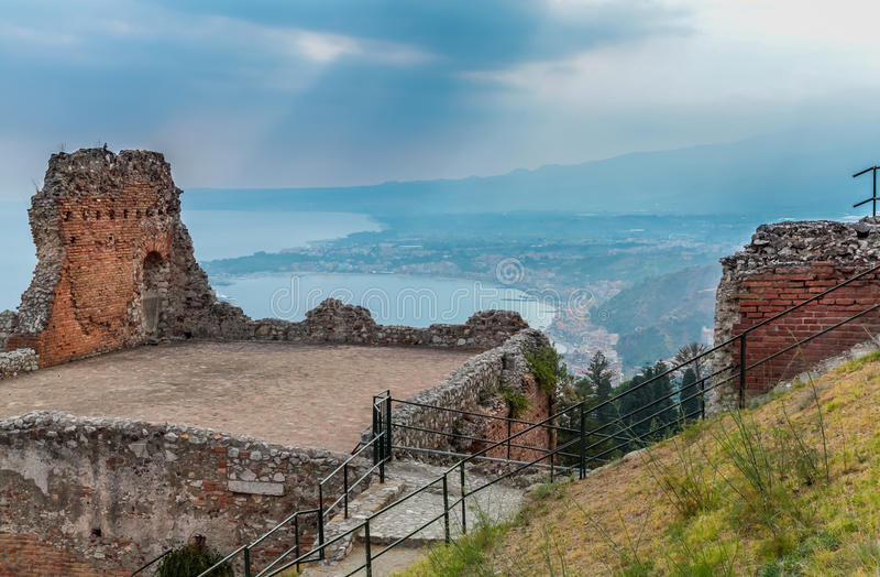 Vue des ruines grec-romaines antiques de théâtre photo libre de droits