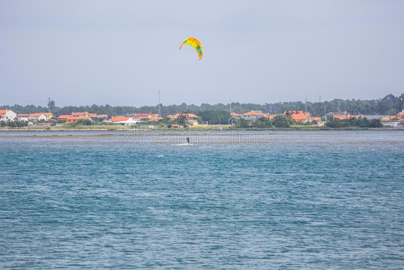 Vue des sports masculins professionnels d'un kitesurf pratiquant des sports extrêmes Kiteboarding image libre de droits