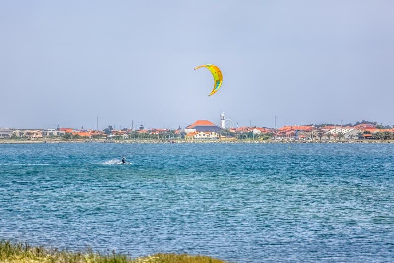 Vue des sports masculins professionnels d'un kitesurf pratiquant des sports extrêmes Kiteboarding images stock