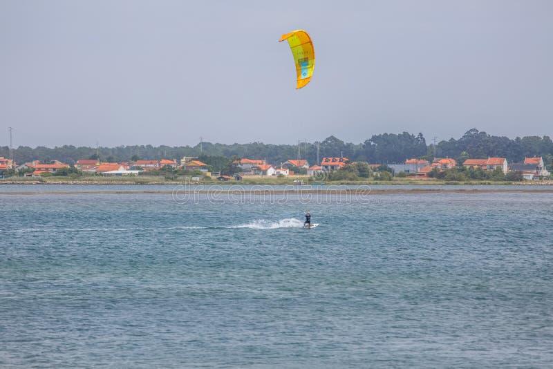 Vue des sports masculins professionnels d'un kitesurf pratiquant des sports extrêmes Kiteboarding images libres de droits