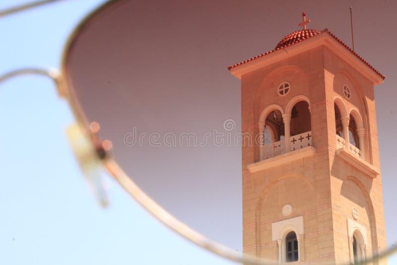 Vue des sunglases sur l'église photographie stock