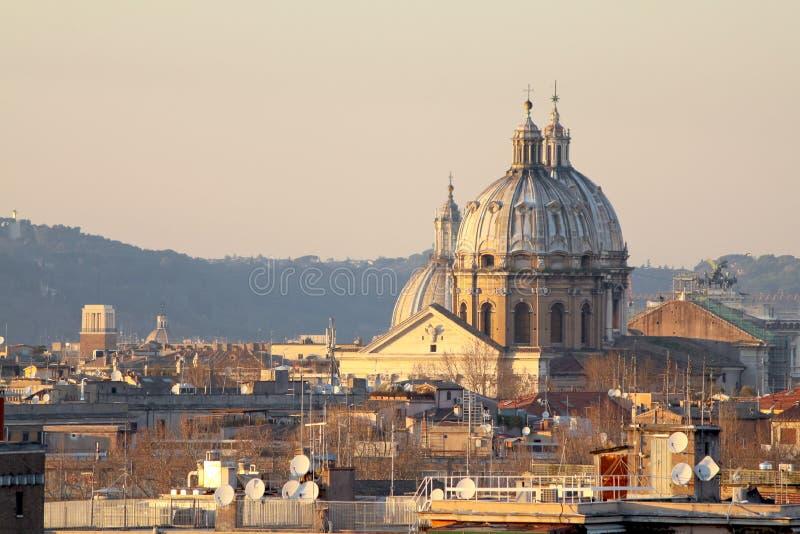 """Vue des toits de Rome : Dôme de San Carlo AI Catinari, Sant """"Andrea della Valle Dome, Sant """"Agnese dans Agone et Vittoriano photo libre de droits"""