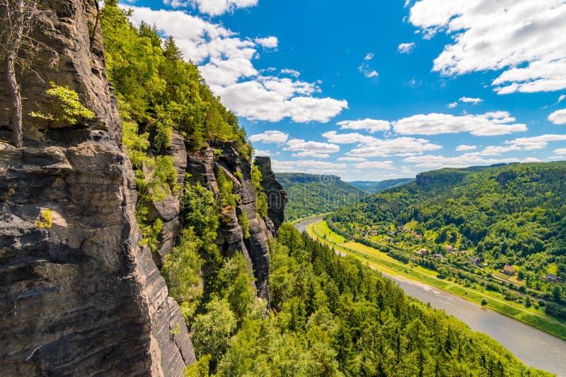 Vue des tours de grès au-dessus de vallée de l'Elbe, région Saxon-de Bohème de grès, Suisse de Bohème, République Tchèque photos libres de droits