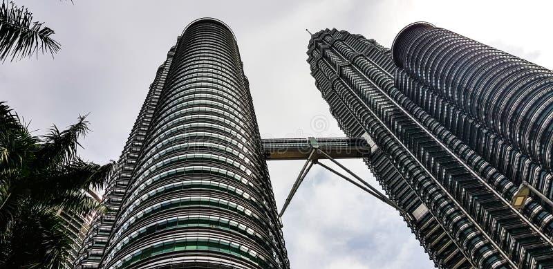 Vue des Tours jumelles de Petronas de kualampur de dessous, la Malaisie, 2017 photos libres de droits