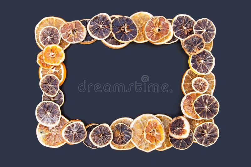 Vue des tranches sèches d'orange et de pamplemousse Le fruit ébrèche le fond image libre de droits