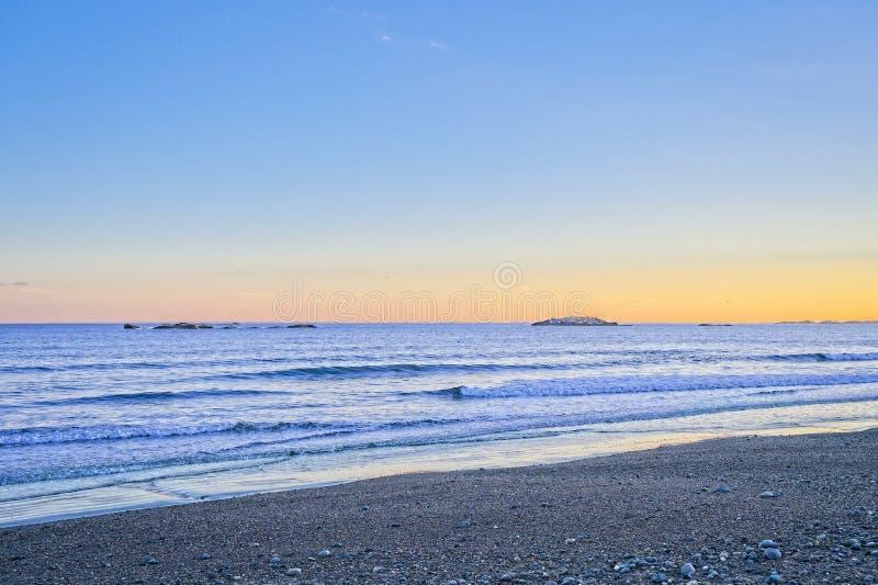 Vue des vagues d'océan et de plage pendant le coucher du soleil pendant l'hiver en Nouvelle Angleterre images stock