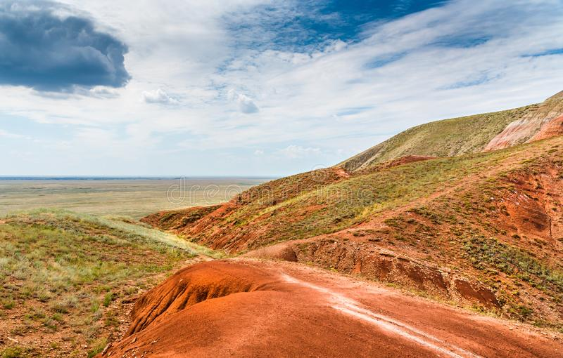 Vue des vastes étendues de la steppe du côté de la montagne grand Bogdo Une formation naturelle unique images libres de droits