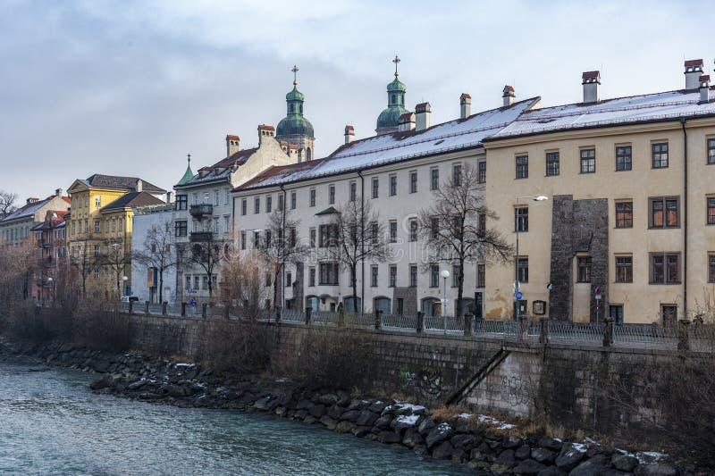 Vue des vieux palais avec les tours de San Giacomo Cathedral sur la berge d'auberge - Innsbruck, Tyrol Autriche photos stock