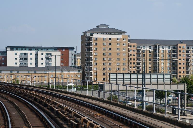 Vue des voies de chemin de fer et du nouvel ensemble immobilier privé, Londres, R-U images stock