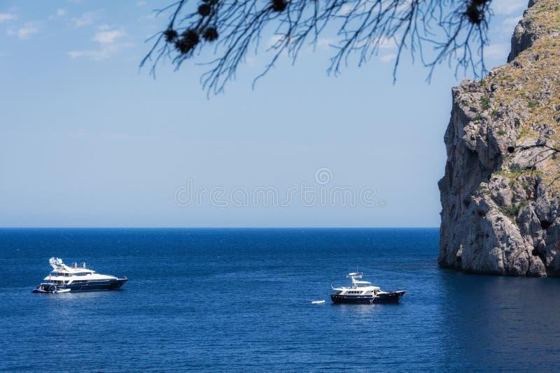 Vue des yachts, des roches et de la baie photographie stock libre de droits