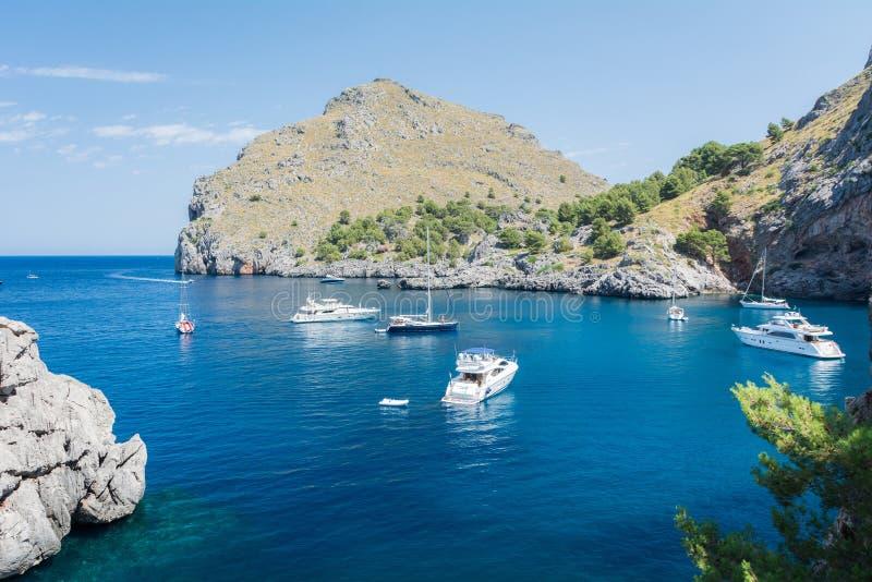 Vue des yachts, des roches et de la baie photos libres de droits
