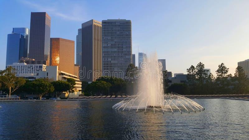 Vue dessus en centre ville à Los Angeles avec des scyscrapers à l'arrière-plan et avec la fontaine dans l'avant photo stock
