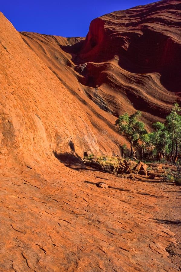 Vue différente de roche Uluru d'Ayers La lumière du soleil de matin soulignent la surface striée de la formation de roche, Uluru- photo stock