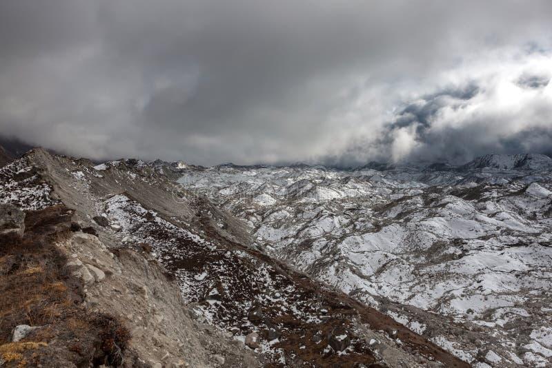 Vue dramatique au-dessus de glacier sombre de Ngozumpa dedans image libre de droits