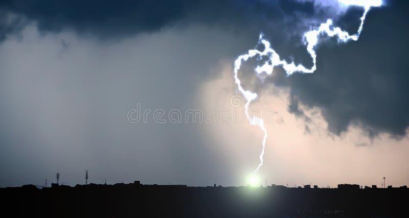 Vue dramatique de nuage de tempête lourd et de ciel foncé images libres de droits