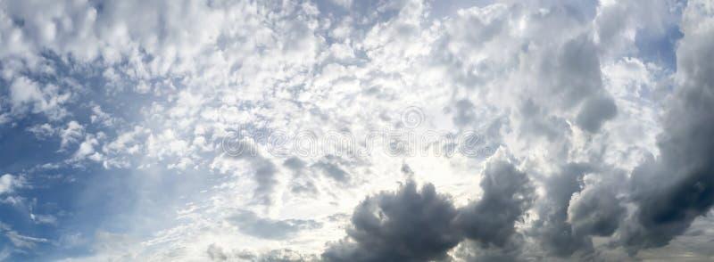 Vue dramatique de panorama de l'atmosphère de ciel et de nuages photographie stock