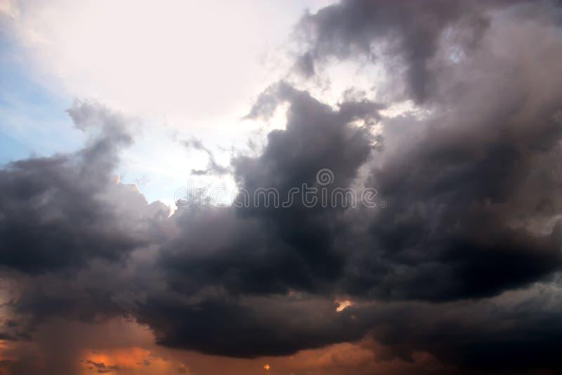Vue dramatique de panorama de l'atmosphère des nuages de tempête d'imagination image libre de droits