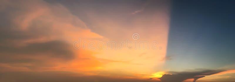 Vue dramatique de panorama de l'atmosphère du ciel crépusculaire photos libres de droits