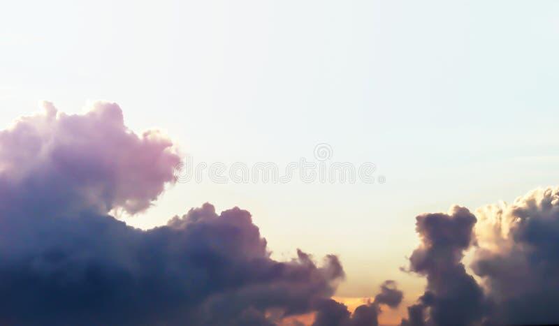 Vue dramatique de panorama de l'atmosphère du ciel crépusculaire photos stock