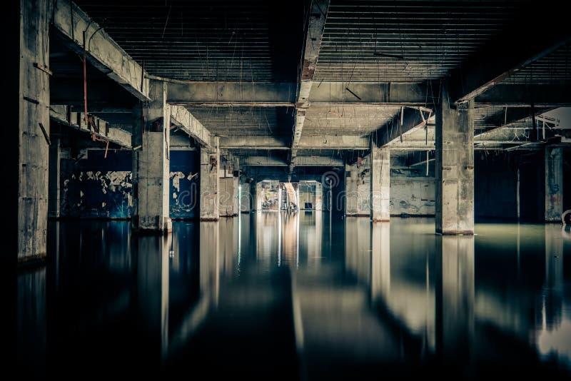 Vue dramatique du bâtiment endommagé et abandonné images libres de droits