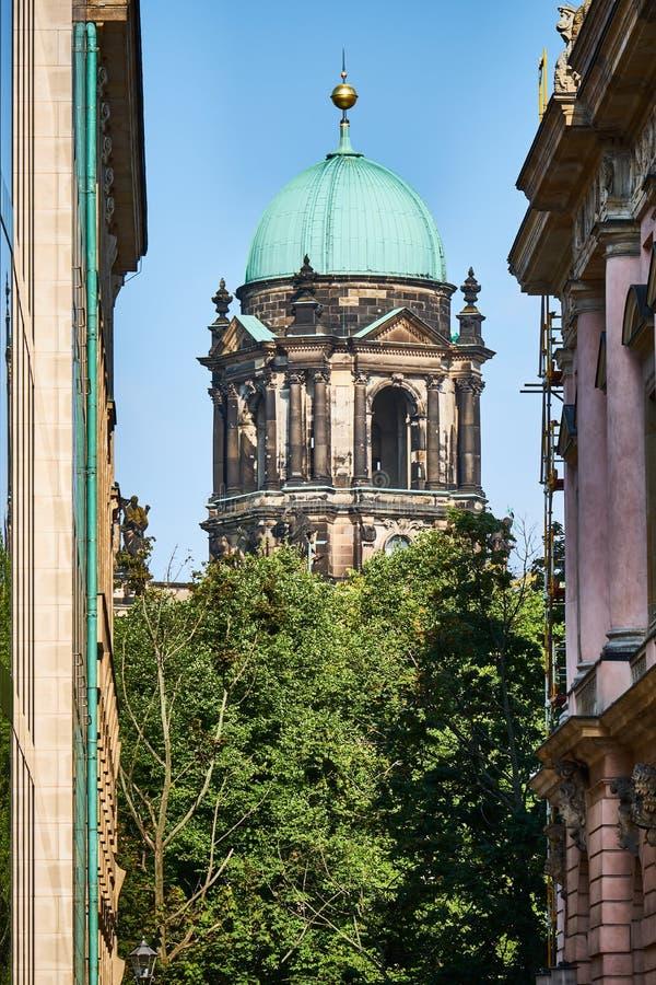 Vue droite sur la tour du sud du dôme berlinois par une allée avec le Zeughaus vers la droite images libres de droits