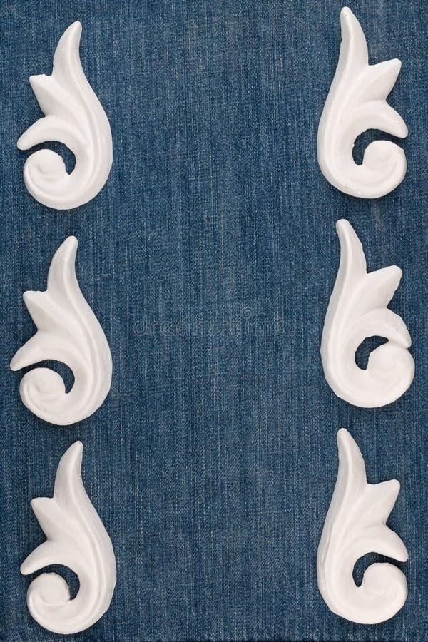 Vue du bâti décoratif de stuc de plâtre sur un fond de denim photos stock