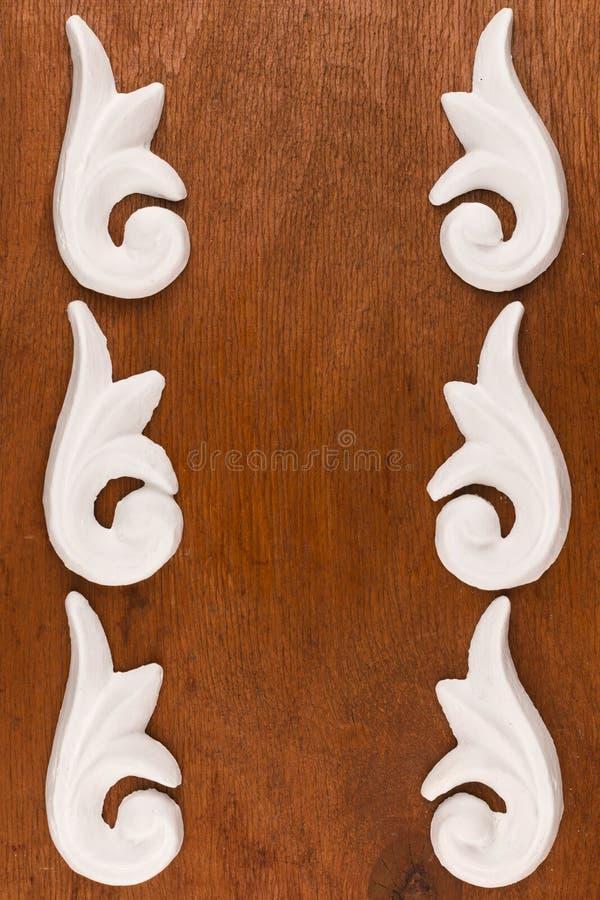 Vue du bâti décoratif de stuc de plâtre sur un fond en bois image libre de droits