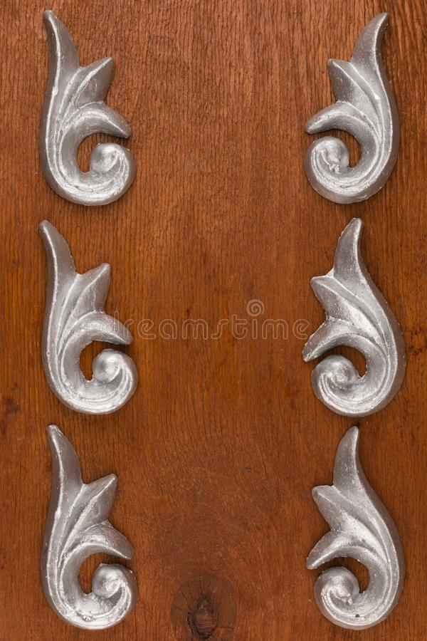 Vue du bâti décoratif de stuc de plâtre sur un fond en bois photographie stock libre de droits