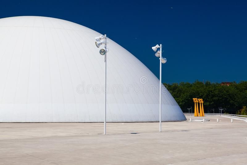 Vue du bâtiment de centre de Niemeyer à Aviles, Espagne photographie stock libre de droits