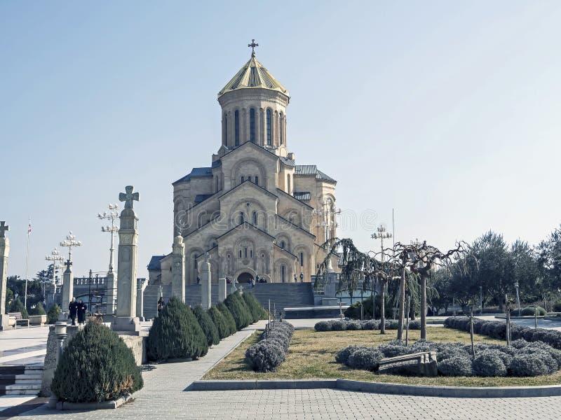Vue du bâtiment majestueux de la cathédrale de trinité sainte à Tbilisi image stock