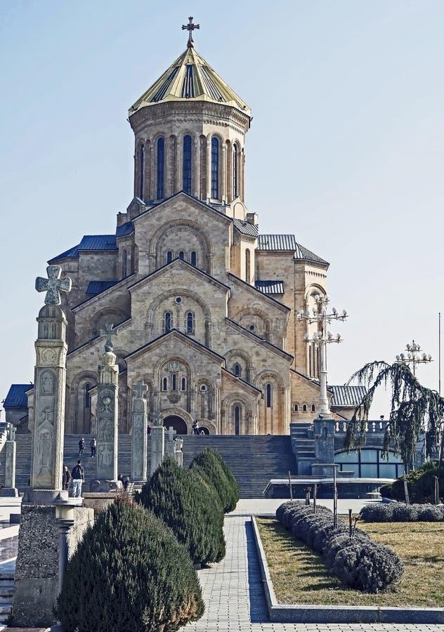 Vue du bâtiment majestueux de la cathédrale de trinité sainte à Tbilisi photo libre de droits