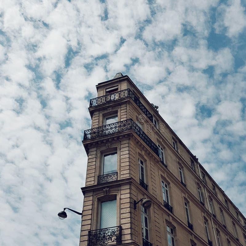 Vue du bâtiment typique parisien au centre de Paris, France images libres de droits