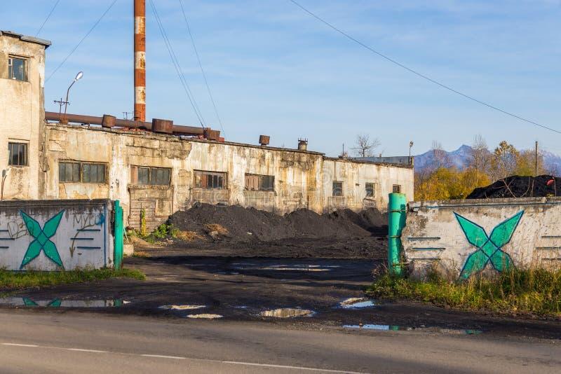 Vue du b?timent d'une usine de production combin?e de chaleur et d'?lectricit? dans Milkovo, le Kamtchatka, p?ninsule, Russie photo stock